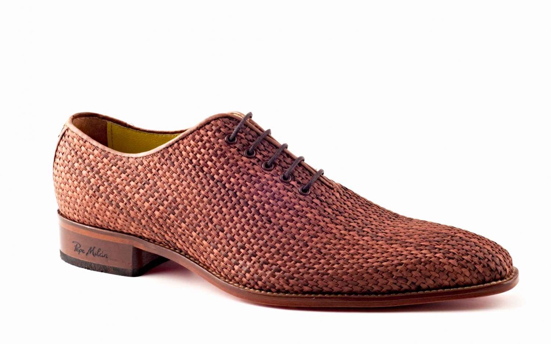 Zapato modelo Tierra, fabricado en rejilla marrón.